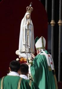 Papa-Francesco-messa-con-statua-della-Madonna-di-Fatima-5-710x1024